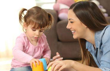 crèche ou baby-sitter : quelle est la solution idéale pour la garde d'enfants
