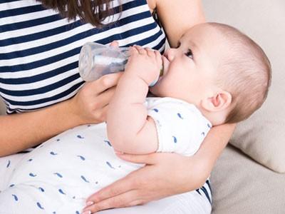 quelle quantité de lait donner à bébé chaque jour en biberon : nos réponses